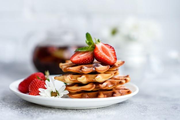 Heerlijke vers gebakken wafels met bessen en fruit