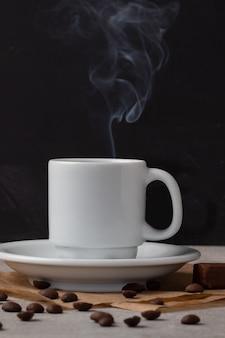 Heerlijke vers gemaakte zwarte koffie. pauzetijd concept.