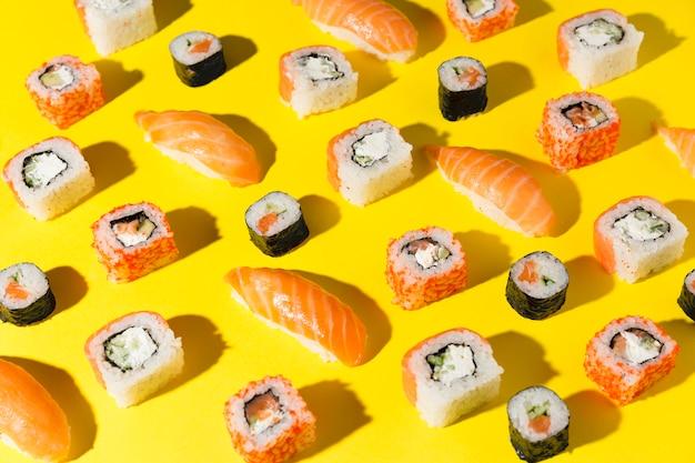 Heerlijke verscheidenheid aan sushi op tafel