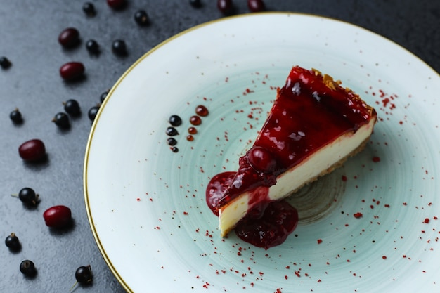 Heerlijke verse cake met een rode jam op een bord op tafel