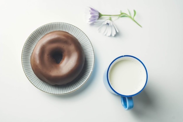 Heerlijke verse chocolade donut op witte achtergrond smakelijke smakelijke geglazuurde donut klaar om te eten