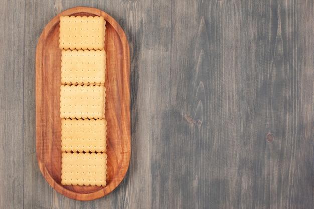 Heerlijke verse crackers op een houten bord. hoge kwaliteit foto