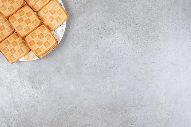 Heerlijke verse koekjes op een witte plaat. hoge kwaliteit foto