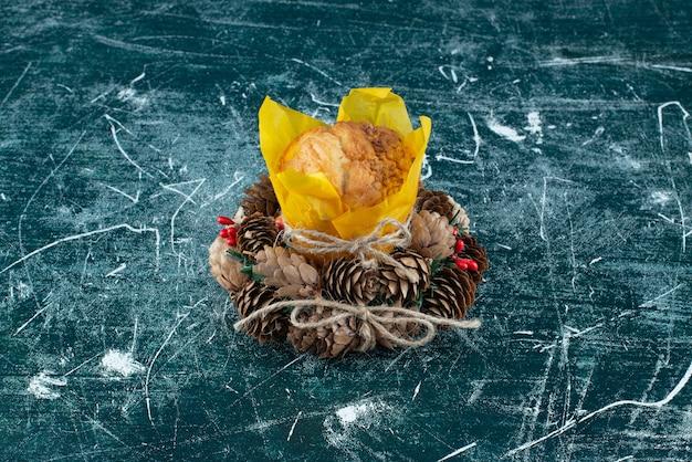 Heerlijke verse muffin en kerstkrans op een kleurrijke achtergrond. hoge kwaliteit foto