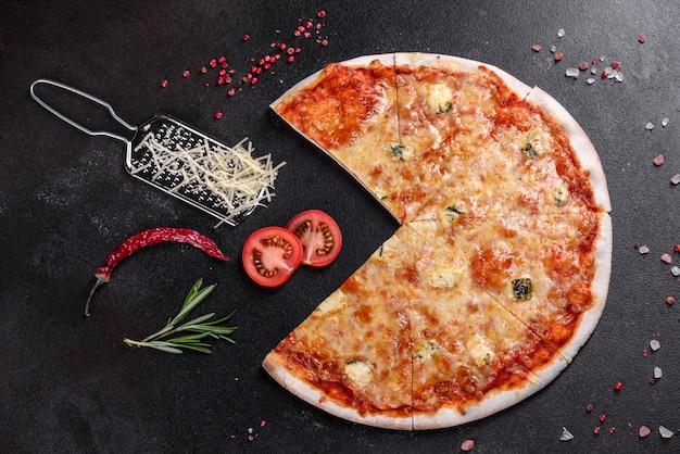 Heerlijke verse oven gekookte pizza vier kazen op gezellige restaurant tafel