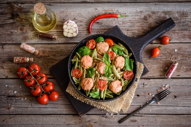 Heerlijke verse pasta met gehaktballetjes, saus, kerstomaatjes en basilicum