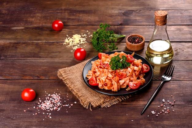 Heerlijke verse pasta met tomatensaus met specerijen en kruiden. mediterrane keuken