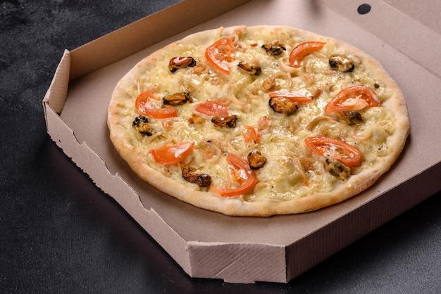 Heerlijke verse pizza gemaakt in een haardoven met garnalen, mosselen en andere zeevruchten. mediterrane keuken