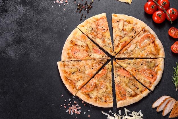 Heerlijke verse pizza gemaakt in een haardoven met garnalen, mosselen en andere zeevruchten