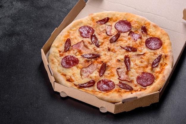 Heerlijke verse pizza gemaakt in een haardoven met vier soorten vlees en worst. mediterrane keuken