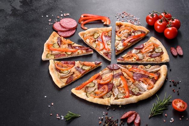 Heerlijke verse pizza gemaakt in een haardoven met worst, paprika en tomaten. mediterrane keuken
