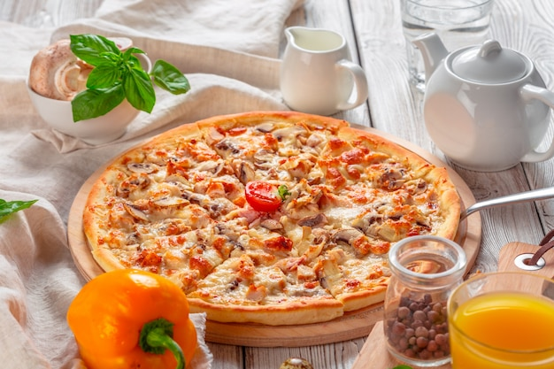 Heerlijke verse pizza geserveerd op houten tafel