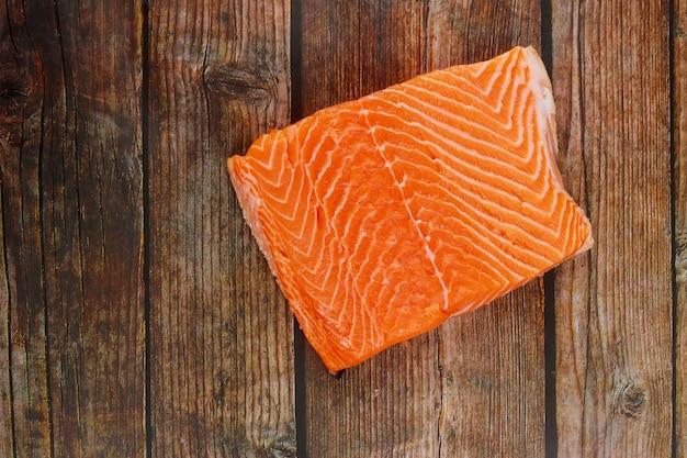 Heerlijke verse rauwe zalm vis steak op een houten bord