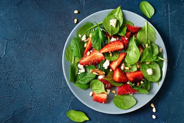 Heerlijke verse vegetarische salade met aardbeien, spinazie en feta