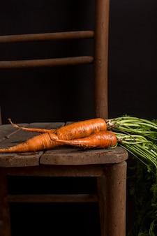 Heerlijke verse wortelen op tafel