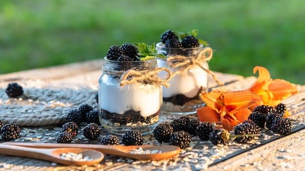 Heerlijke verse yoghurt voor het ontbijt met toegevoegde bramen