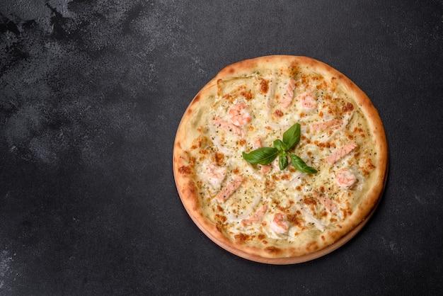 Heerlijke verse zeevruchtenovenpizza: rode vis en garnalen. gezond eten. italiaanse keuken