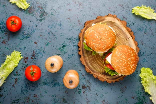 Heerlijke verse zelfgemaakte hamburgers op donker