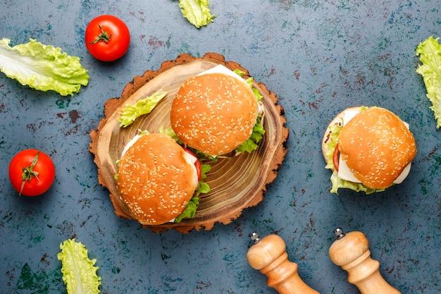 Heerlijke verse zelfgemaakte hamburgers op tafel