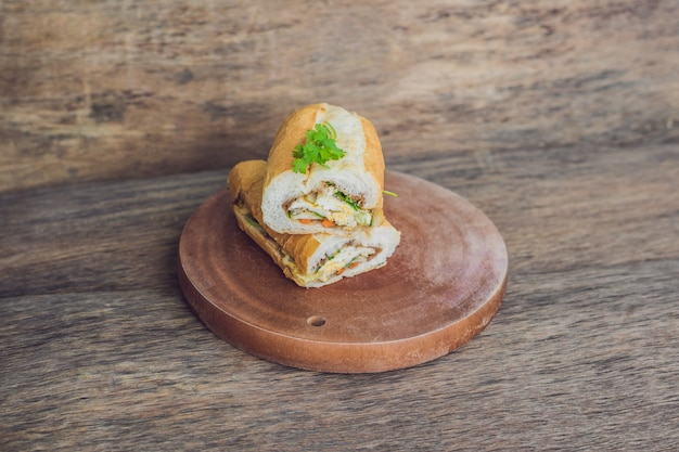 Heerlijke vietnamese bahn mi sandwich op een houten bord