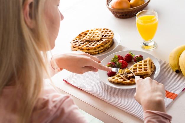 Heerlijke wafels met aardbeien en sap