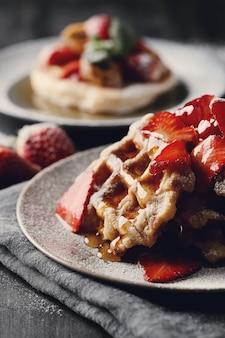 Heerlijke wafels met fruit en honing