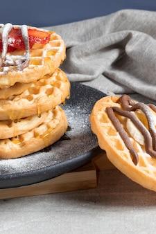 Heerlijke wafels met hazelnootroom, honing, aardbeien en banaan.