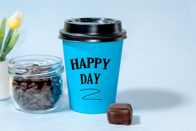 Heerlijke warme koffie afhaalmaaltijden in een gesloten papieren beker met de tekst happy day. goedemorgen concept