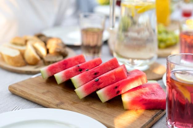 Heerlijke watermeloenplakken onder een hoge hoek