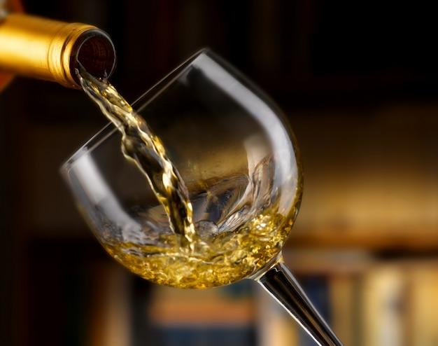 Heerlijke witte wijn gegoten in een glas