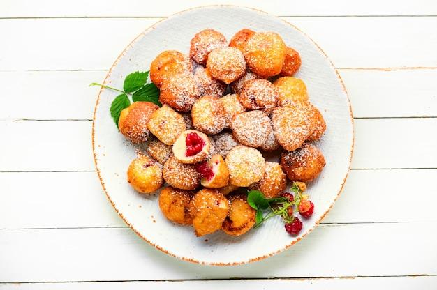 Heerlijke wrongel donuts met frambozen. donuts op een plaat. delicatesse.