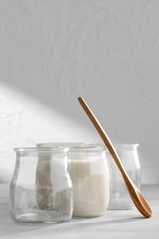 Heerlijke yoghurt en houten lepel