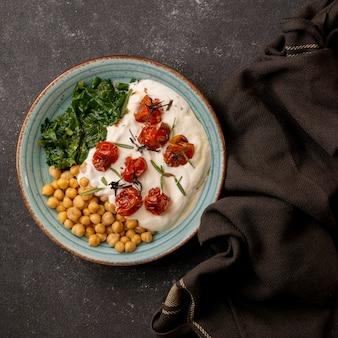 Heerlijke yoghurtmaaltijd met kikkererwten en gedroogde tomaten