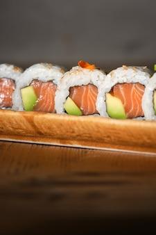 Heerlijke zalm en avocado sushi