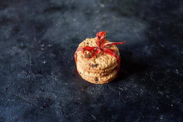 Heerlijke zandkoekjes met stukjes chocolade, met een mooi lint. bovenaanzicht