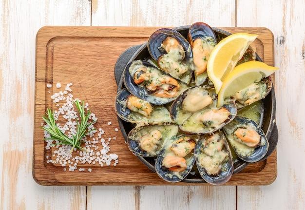 Heerlijke zeevruchtenmosselen met met saus en peterselie.