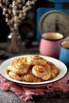 Heerlijke zelfgemaakte bladerdeegkoekjes met suiker en kaneel