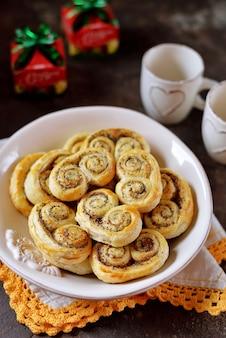 Heerlijke zelfgemaakte bladerdeegkoekjes met suiker, kaneel en maanzaad