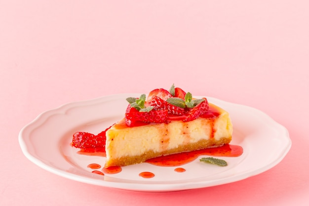 Heerlijke zelfgemaakte cheesecake met aardbeien