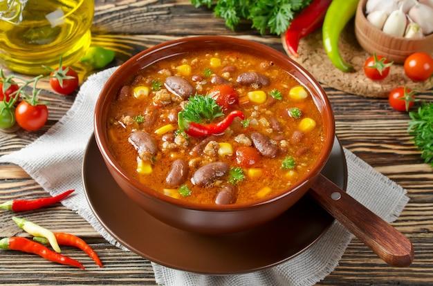 Heerlijke zelfgemaakte chili con carne klaar om te worden geserveerd