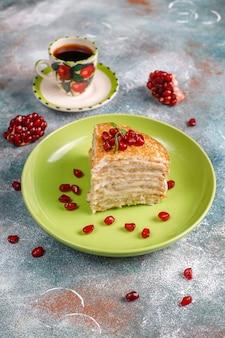 Heerlijke zelfgemaakte crêpe cake versierd met granaatappelpitjes