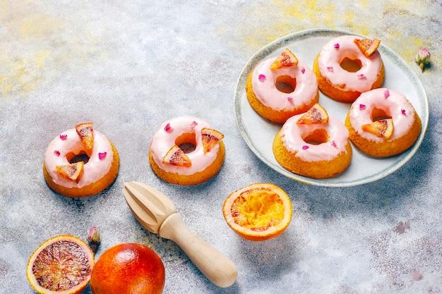 Heerlijke zelfgemaakte donuts met bloedsinaasappelglazuur.