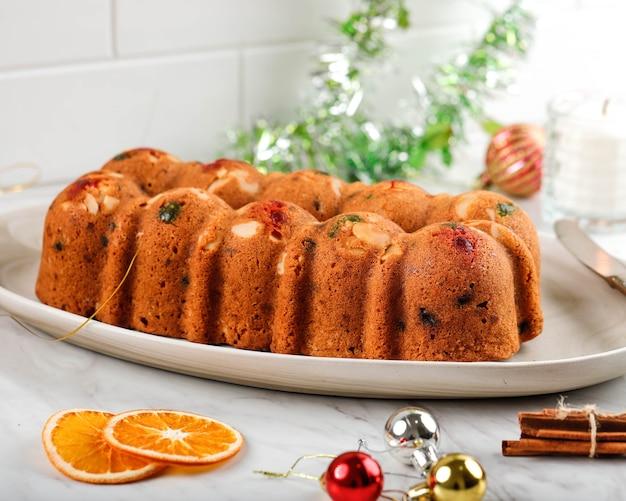 Heerlijke zelfgemaakte engelse fruitcake broodpudding met gedroogd gemengd fruit, sultana's, rozijnen en gehakte amandel. geserveerd tijdens kerstfeest of oudejaarsavond