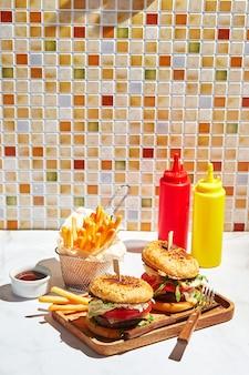 Heerlijke zelfgemaakte hamburgers op houten dienblad in fel zonlicht hamburgers