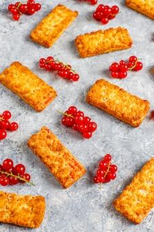 Heerlijke zelfgemaakte jam van rode aalbes koekjes met verse bessen.