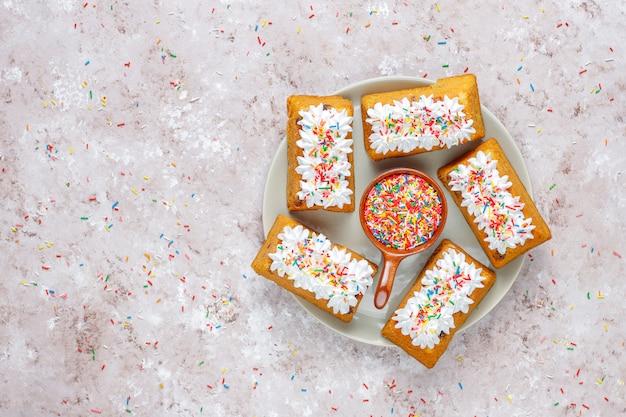 Heerlijke zelfgemaakte kleine fruit cake, rozijnen cake, bovenaanzicht