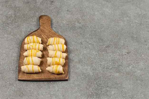 Heerlijke zelfgemaakte koekjes op een houten bord