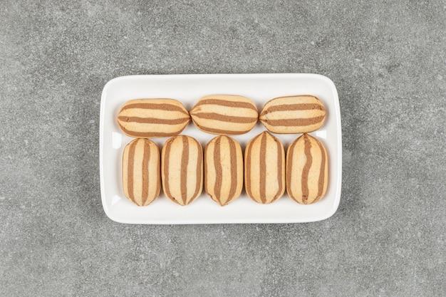 Heerlijke zelfgemaakte koekjes op witte vierkante plaat