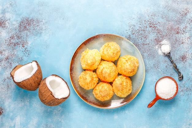 Heerlijke zelfgemaakte kokos bitterkoekjes met verse kokosnoot, bovenaanzicht