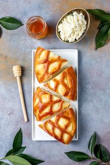 Heerlijke zelfgemaakte kwarktaart met verse kwark en honing, bovenaanzicht